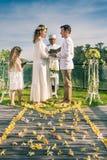 Pares felices de los recienes casados en la boda, ceremonia de boda en Ubud Fotos de archivo libres de regalías