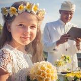 Pares felices de los recienes casados en la boda, ceremonia de boda en Ubud Imágenes de archivo libres de regalías