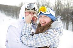 Pares felices de snowboarders Fotos de archivo libres de regalías