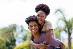 Pares felices del amor del afroamericano imagen de archivo