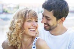 Pares felices del amor afuera foto de archivo libre de regalías