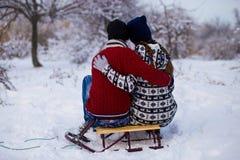 Pares felices del amor en la ropa brillante que abraza en invierno Fotos de archivo libres de regalías