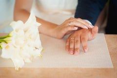 Pares felices del amor que llevan a cabo las manos por la mañana Foto de archivo