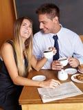 Pares felices del asunto en café Imágenes de archivo libres de regalías