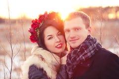 Pares felices del día de tarjeta del día de San Valentín Fotografía de archivo libre de regalías