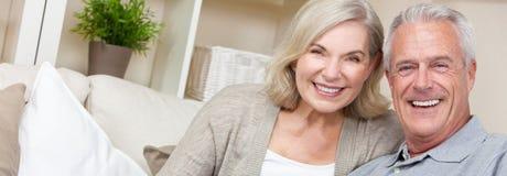 Pares felices del hombre mayor y de la mujer de la bandera de la web del panorama fotografía de archivo