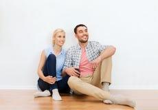 Pares felices del hombre y de la mujer al nuevo hogar Imágenes de archivo libres de regalías