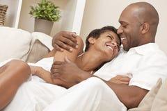 Pares felices del hombre y de la mujer del afroamericano Foto de archivo
