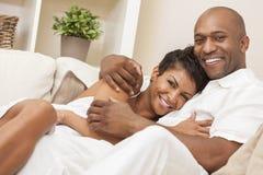 Pares felices del hombre y de la mujer del afroamericano Fotos de archivo libres de regalías