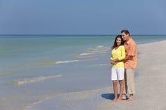 Pares felices, del hombre y de la mujer en una playa vacía Fotos de archivo libres de regalías