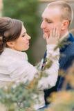 Pares felices del recién casado, novia blanda y novio hermoso, en el paseo de la boda en el parque verde hermoso Fotografía de archivo