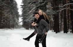 Pares felices del recorrido del invierno imágenes de archivo libres de regalías
