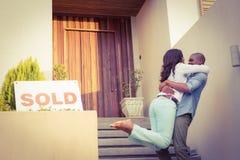 Pares felices después de comprar la nueva casa foto de archivo