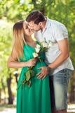 Pares felices - el marido y su esposa embarazada en el otoño parquean fotos de archivo