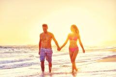 Pares felices el vacaciones de la playa Fotografía de archivo