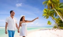 Pares felices el vacaciones sobre la playa tropical fotografía de archivo