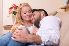 Pares felices en amor Imagen de archivo libre de regalías