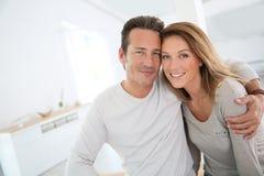 Pares felices en amor en su nuevo hogar Fotos de archivo libres de regalías