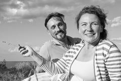 Pares felices en amor en una comida campestre Concepto romántico en la playa Pares alegres que se divierten el vacaciones de vera foto de archivo