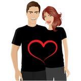 Pares felices en camiseta del día de tarjetas del día de San Valentín Foto de archivo