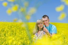 Pares felices en campo amarillo de la violación Fotografía de archivo