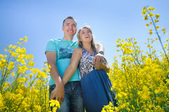 Pares felices en campo amarillo de la violación Foto de archivo libre de regalías