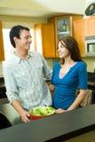 Pares felices en cocina Imagen de archivo