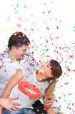Pares felices en confeti Imagen de archivo libre de regalías