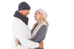 Pares felices en el abarcamiento de la moda del invierno Imagen de archivo