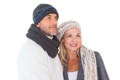 Pares felices en el abarcamiento de la moda del invierno Imagen de archivo libre de regalías