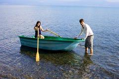 Pares felices en el amor listo para ir canotaje en el lago en vacaciones Fotografía de archivo libre de regalías
