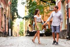 Pares felices en el amor que camina en la ciudad de Estocolmo Foto de archivo