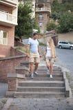 Pares felices en el amor que camina en la ciudad de Tbilisi, Georgia Foto de archivo