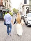 Pares felices en el amor que camina en la ciudad de Tbilisi, Georgia Imagen de archivo