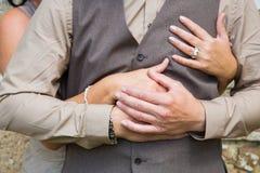 Pares felices en el amor que lleva a cabo las manos Foto de archivo libre de regalías