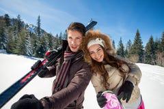 Pares felices en el esquí fotografía de archivo