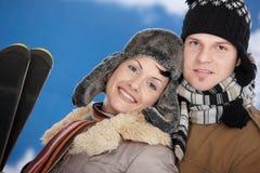 Pares felices en el invierno Foto de archivo libre de regalías