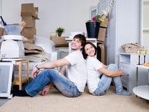 Pares felices en el nuevo hogar Imagen de archivo libre de regalías