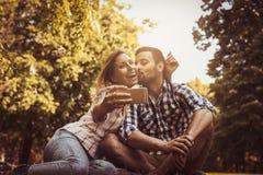 Pares felices en el parque Fotos de archivo libres de regalías