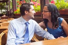 Pares felices en el restaurante en luna de miel Imagen de archivo