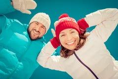 Pares felices en invierno Imágenes de archivo libres de regalías