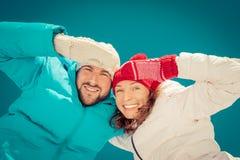 Pares felices en invierno Foto de archivo libre de regalías