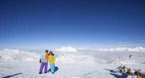 Pares felices en la cima de la montaña Fotos de archivo libres de regalías