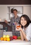 Pares felices en la cocina Fotos de archivo