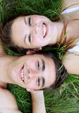 Pares felices en la hierba Fotos de archivo libres de regalías