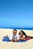 Pares felices en la playa imagen de archivo