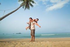 Pares felices en la playa Fotografía de archivo