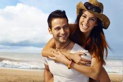Pares felices en la playa Imagenes de archivo