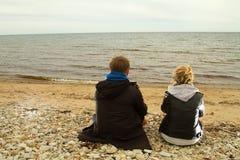 Pares felices en la playa Imágenes de archivo libres de regalías