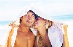 Pares felices en la playa Fotos de archivo